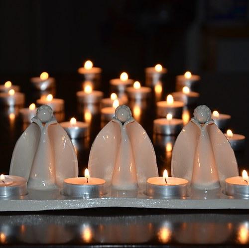 svícen s andílky bílý