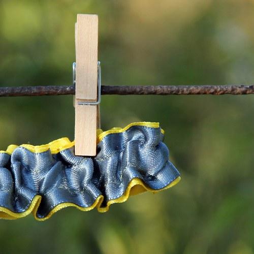 Netradiční žluto - šedý podvazek