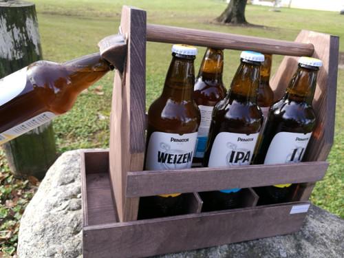Dřevěná bedýnka na pivo s otvírákem