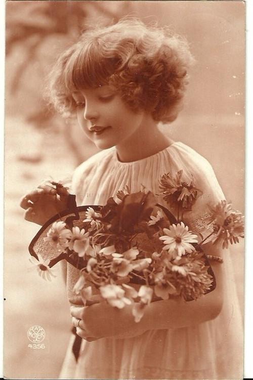 Umělecká pohlednice dívka s luční kyticí