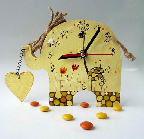 žlutý mamut jde za svým srdcem a musí tahat žirafu