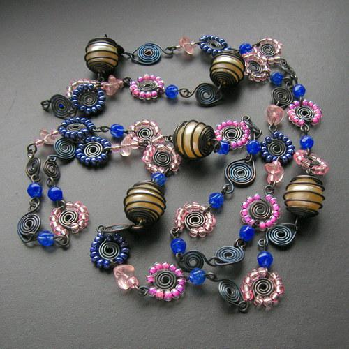 Dlouhý kytičkový modrý a růžový s perlami v kleci