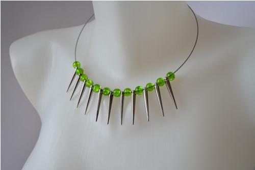 Náhrdelník stříhrné hroty se zelenými praskačkam