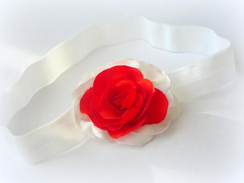 Čelenka s bílo-červenou růži.