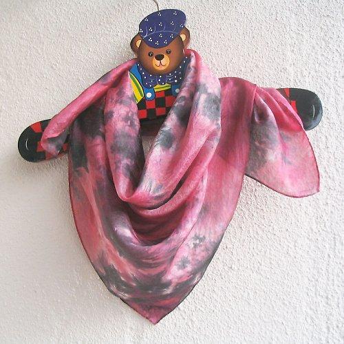 Batikovaný hedvábný šátek černo-malinový