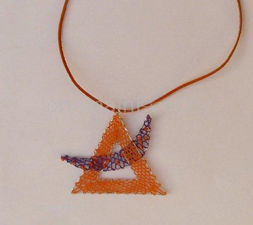 Paličkovaný náhrdelník - oranžový trojúhelník