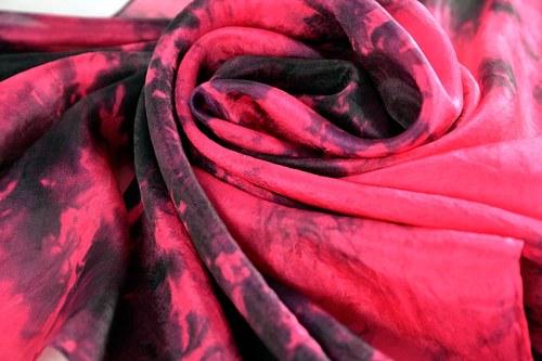 Batikovaný hedvábný šátek černo-růžový