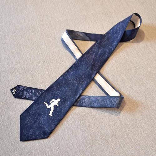 Tmavě modrá hedvábná kravata s bílým běžcem