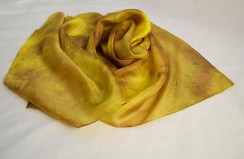 Batikovaná hedvábná šála - žluto-hnědá