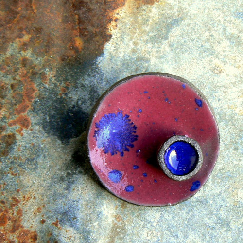 Třešňová s kapkou tmavě modré - brož