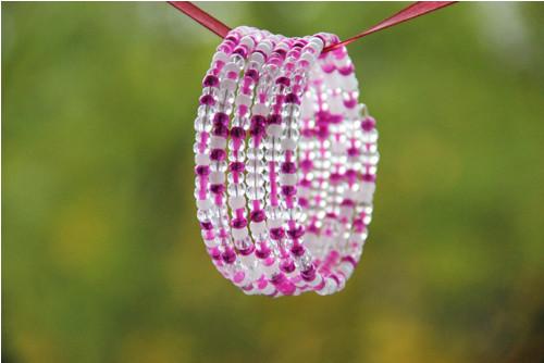 Růžovo růžový náramek s bílou