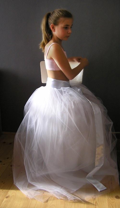 Tylová sukně ..bílá se saténovou stuhou