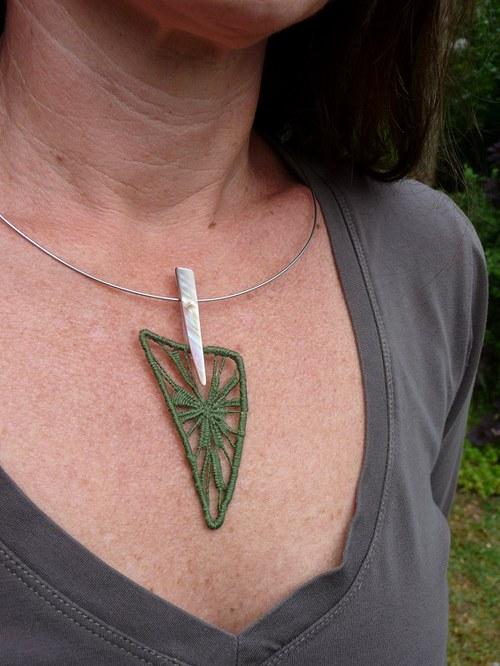 Krajkový list s perleťovou stopkou