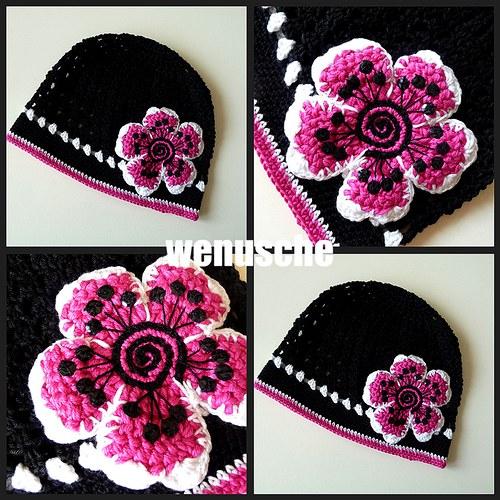 černá čepička s velkou růžovou kytkou