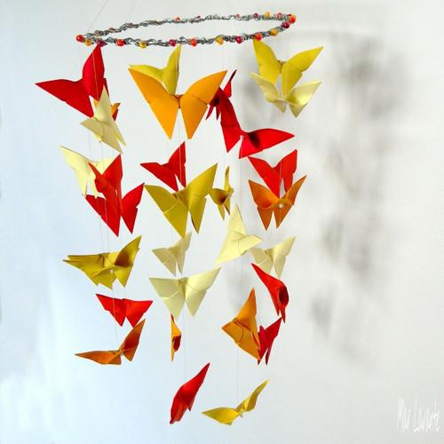 Motýlí origami závěs v barvách slunce
