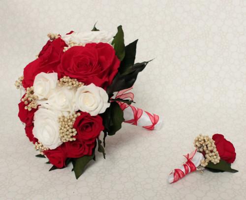 Bílo rudá kytice ze stabilizovaných růží
