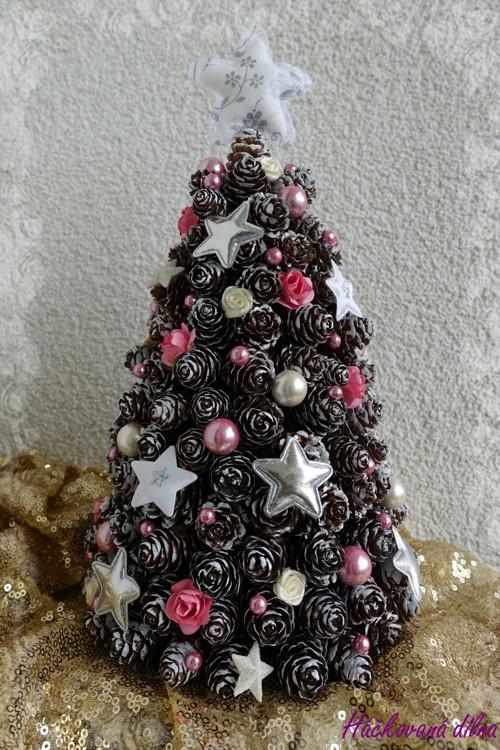 Vánoční stromeček ze šišek - růžový