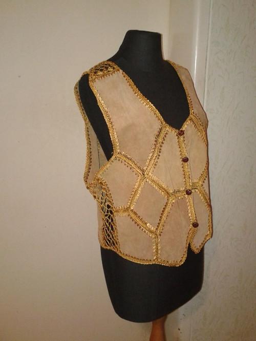 Pískově zlatá dámská kožená vesta s háčkováním