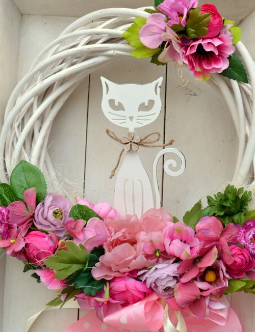 věnec se spoustou květu a kočičí dámou