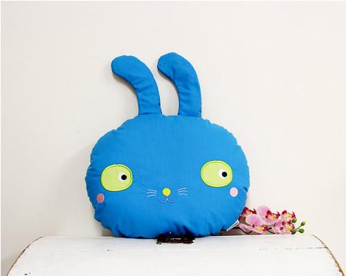 Pan králík / modrý polštář