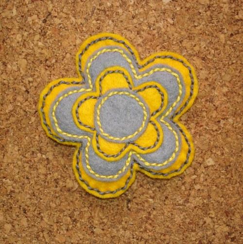 Šedo-žlutá kytička brož