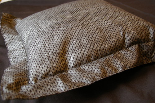 Stříbrný polštář s ozdobným lemem a náplní
