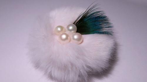 Brož z bílé umělé kožešiny s perlami a peřím