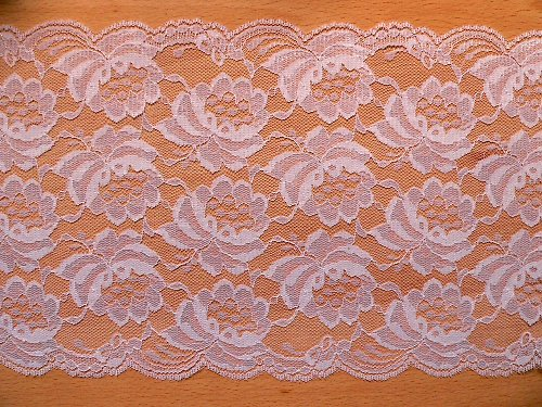 *Velmi široká bílá krajka se vzorem růží
