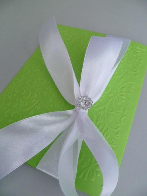 zelenobílé svatební oznámení se vzorem a stuhou