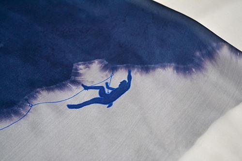 Modro-bílá šála s horolezcem