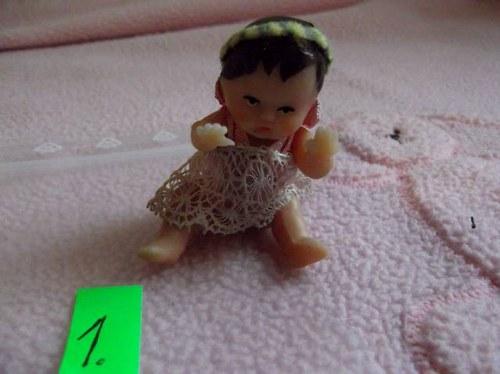 1. Retro panenka v org. šatičkách