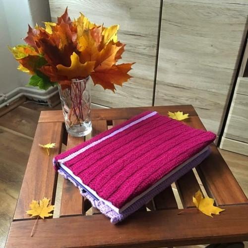 Vínovo-fialový obal na knížku