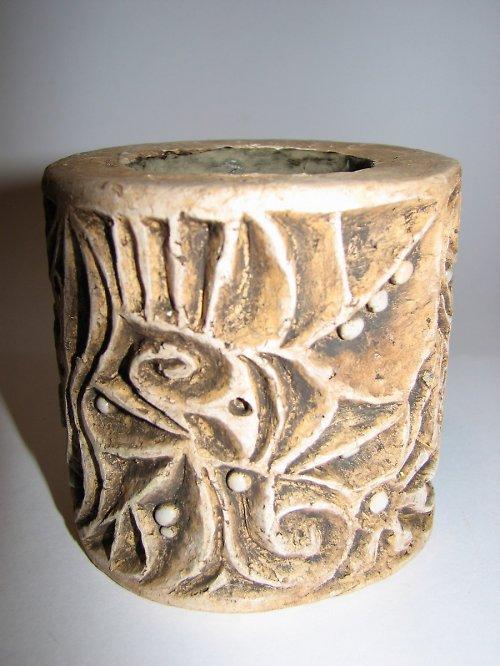 Svícen z vyřezávané hlíny