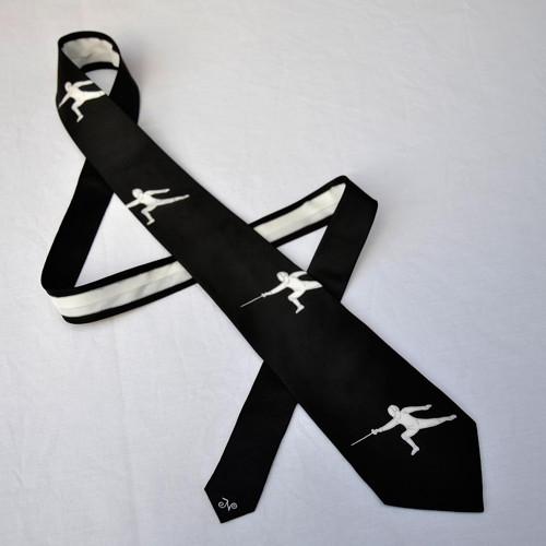 Černá kravata s šermíři