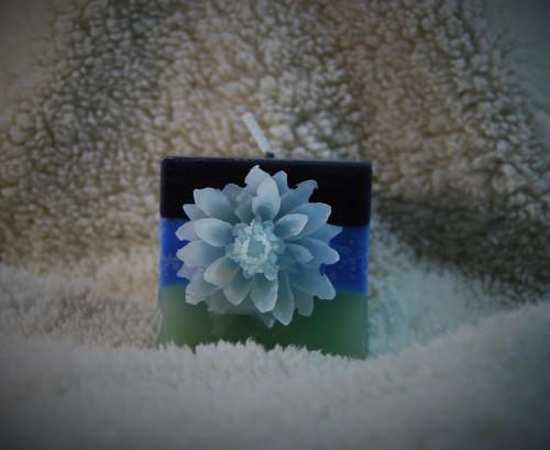 Svíčka kostka s kvetinou