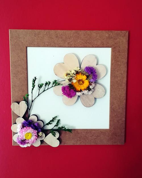 obrázek s dřevěnými srdíčky a sušenými kvítky