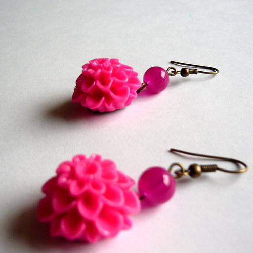 Křiklavě růžové náušničky s chryzantémou