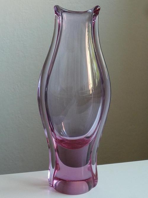 Růžová váza z hutního skla