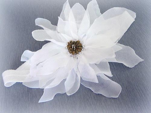 Bílá čelenka s bílým květem.