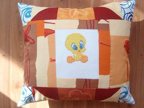 Polštářek s výšivkou ve stylu patchwork 1