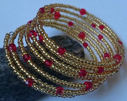 Zlatý s červenými korálky