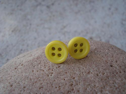 Náušničky - svět je malý žlutý knoflík