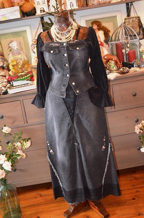Originální denimový kostýmek vyšívaný