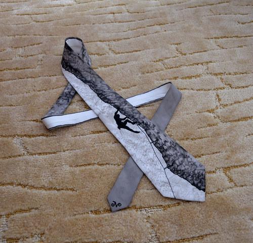 Hedvábná kravata s horolezcem černo-šedá