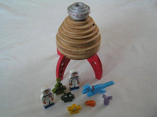 Raketa s figúrkami - drevená navliekačka pre deti