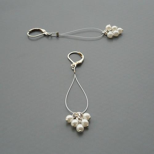 Bílé perličkové smyčkové náušnice na bílém