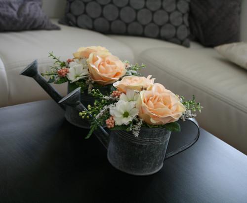 Plechová konvička s meruňkovými růžemi