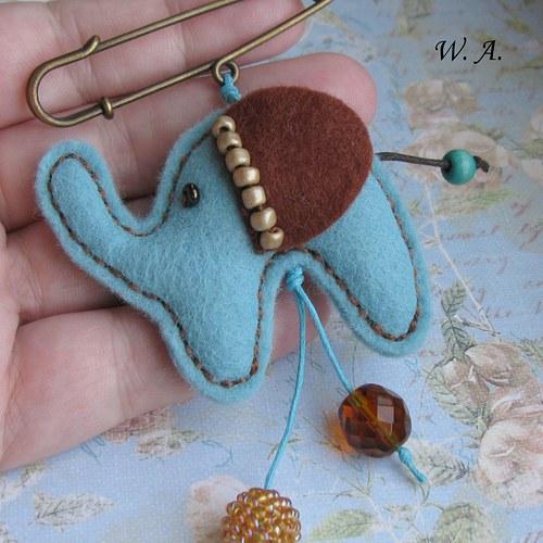 Sloník  v modrém, ozdobný špendlík