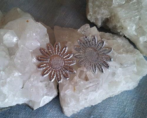 Saténová květinka do ouška - stříbrná