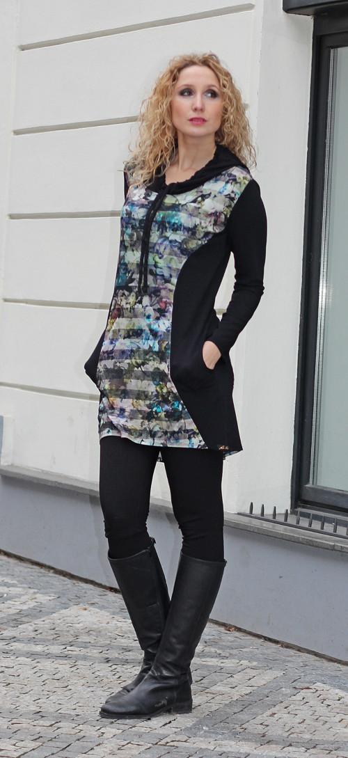 Černé šaty s barevnou vsadkou a kapucí